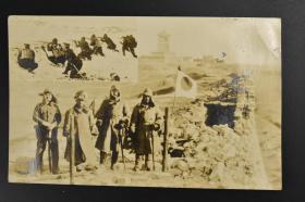 《关东军老照片》一张 黑白照片 严冬中满洲某地被破坏的城墙上的日军军官 雪地上射击的日军士兵  照片尺寸:13.8*8.6CM