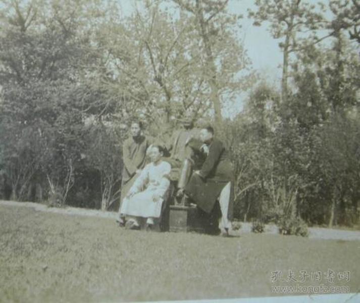 民国老照片:穿长衫的男人们,与雕像合影。民国公园一道风景线【陌上花开系列】