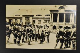 侵华史料《济南惨案前由青岛抵达济南的日本军队在胶济铁路济南站前集结》黑白老照片1张 有日文介绍 于济南停车场前日军派遣军 1928年