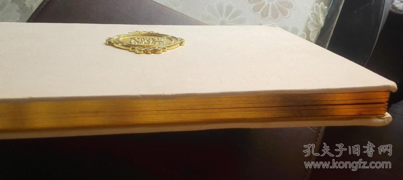 精美的外国钱币收藏册,大型厚实,封面上有一枚大铜章