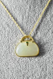 《和田玉饰品》项链1条 纯天然 和田玉尺寸:24*15.7*5.8mm  925银  项链周长:45cm  总重量:7.02g(含链) 。