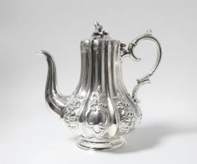 英国谢菲尔德纯银咖啡壶 银标年代:1865 制造商:罗伯特&布格里斯 重量:835克 尺寸:高25.5CM