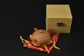 (V2196)紫砂壶《手工倒把西施壶》全新手工壶,原矿浆坡泥,壶嘴到壶把长12.7cm,宽8.9cm,高6.5cm,精品盒,底托是拍摄道具非商品。