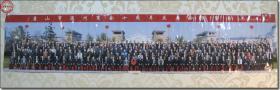 《唐山市温州商会十周年庆典合影留念   2010年11月6日 中国·唐山》,大幅彩色原版照片,120.0厘米×26.0厘米,柯达相纸洗印。2010年11月6日河北省唐山市宏中照相馆拍摄。改革初期,一代温州青年踏入T唐山这片热土。经过二十年创业发展,目前在唐温商已逾万人,企业千余家,主要从事高低压电器、泵阀、服装、鞋帽、眼镜、黄金珠宝、美容美发用品、食品加工及房地产等行业。温州商人已遍布全市各县区。