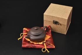 (V2200)紫砂壶《手工仿古壶》全新手工壶,原矿紫泥,壶嘴到壶把长15.2cm,宽10.4cm,高7.3cm,精品盒,底托是拍摄道具非商品。