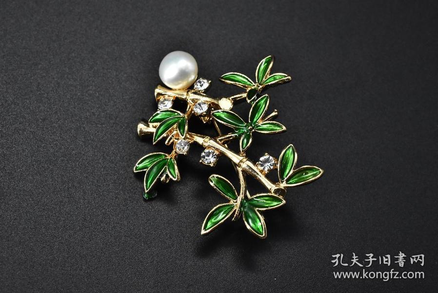 全新 珍珠胸针 一件 珍珠直径:8.3mm 有盒