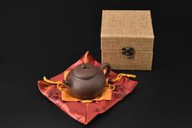 (V2192)紫砂壶《手工茄段壶》全新手工壶,原矿紫泥,壶嘴到壶把长13cm,宽10cm,高8.1cm,精品盒,底托是拍摄道具非商品。