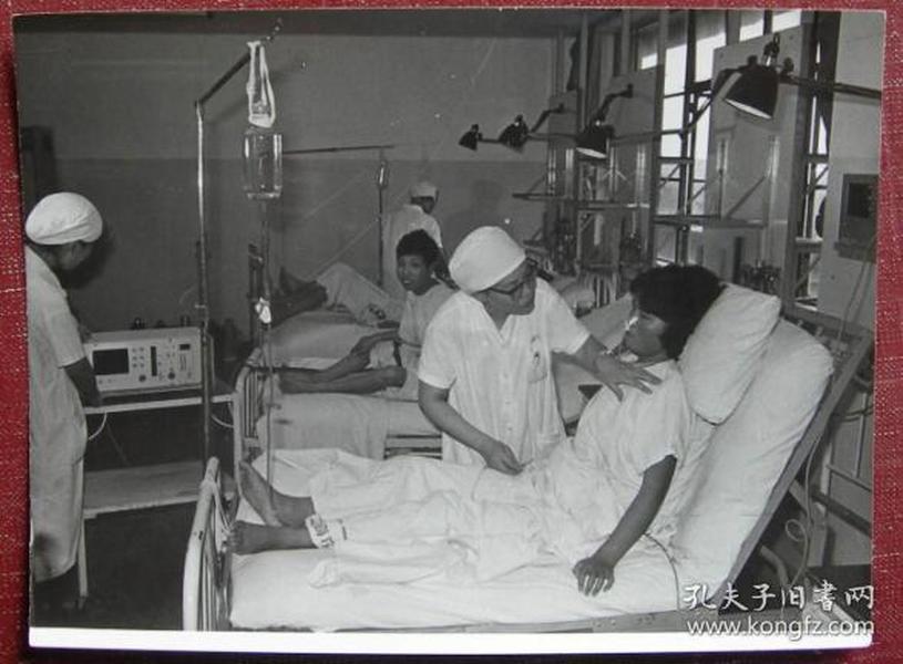 老照片:上海胸科医院,美女打点滴(又叫打吊针,挂水,打吊瓶,输液)