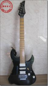 【二十世纪八十年代日本YAMAHA(雅马哈)RXG421DM型老式电吉他】,黑色琴头,实心木材,琴体木材为桤木,琴颈是枫木与桃花心木双层构造,贯穿琴体,指板为黑檀。配备2个美制双线圈拾音器和1个美制单线圈拾音器,旋钮调整控制,拾音器直接位于琴体。琴桥采用是TRS-PRO经典颤音系统,该电吉他净重达6公斤,十分有分量。接通电音箱各项功能完全正常,音质十分出色,音色优美,弹奏效果优秀,值得收藏的好琴。