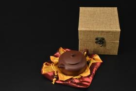 (V2198)紫砂壶《手工平盖莲子壶》全新手工壶,原矿紫泥,壶嘴到壶把长12.4cm,宽8.6cm,高6cm,精品盒,底托是拍摄道具非商品。