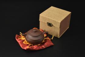 (V2187)紫砂壶《手工汉云壶》全新手工壶,原矿紫泥,壶嘴到壶把长15.2cm,宽11cm,高7.8cm,精品盒,底托是拍摄道具非商品。