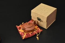 (V2186)紫砂壶《手工圣灯壶》全新手工壶,原矿朱泥,壶嘴到壶把长12.7cm,宽8.3cm,高7.1cm,精品盒,底托是拍摄道具非商品。