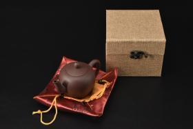 (V2195)紫砂壶《手工美人肩壶》全新手工壶,原矿紫泥,壶嘴到壶把长14.4cm,宽8.4cm,高9.1cm,精品盒,底托是拍摄道具非商品。