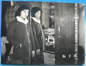 老照片:1982年,镜子前美女,通过镜子看当年的床上用品