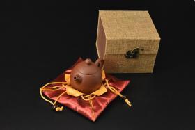(V2190)紫砂壶《手工龙蛋壶》全新手工壶,原矿朱泥,壶嘴到壶把长10.8cm,宽7cm,高8.3cm,精品盒,底托是拍摄道具非商品。