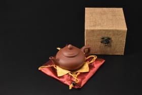 (V2202)紫砂壶《手工笑樱壶》全新手工壶,原矿朱泥,壶嘴到壶把长13.6cm,宽8.7cm,高8.2cm,精品盒,底托是拍摄道具非商品。