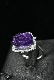 《紫晶戒指》一枚   手工雕刻花朵形状  尺寸:15.0*11.0*9.8mm   重量6.09g  925银托  戒指大小可调节 专业机构鉴定  配证书。