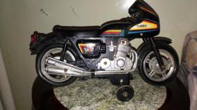 会拐弯掉头的电动750摩托车