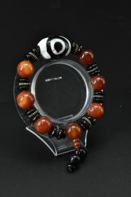 《玛瑙手串》一个 重量:57.70克 。 单颗直径:14.0mm 周长:20cm 玛瑙是佛教七宝之一,自古以来一直被当为辟邪物、护身符使用,象征友善的爱心和希望。 玛瑙以其色彩丰富、美丽多姿而被当做宝石或作工艺制品。