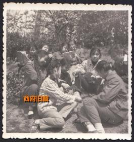 当年偷拍下来的一张老照片,有人读语录,有人打扑克,爱玩是少年时期的天性