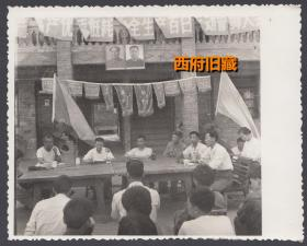 华国锋时代,成都双流县氮肥厂高产优质低耗安全生产百日运动誓师大会,毛主席华主席双画像