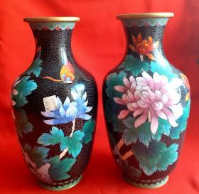 景泰蓝    菊花图花瓶一对       单个高26cm直径14cm重786克。景泰蓝工艺品可以说是我国的一个民间传统工艺,无论是其制作原料还是工艺都堪称一绝。而且造型多样,纹饰品种繁多,所以具有极高的收藏价值以及品鉴价值。