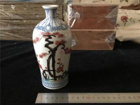 """日本古九谷彩绘松、竹、梅清酒瓷瓶一个。可用来盛温白酒,很漂亮。""""古九谷""""是日本彩绘瓷器,因发祥地日本九谷而得名,距今已有350年历史。明末时,中国彩绘瓷器传入日本,受到当地人民的喜爱,并迅速发展,因而日本彩绘具有浓郁的中国风格。"""