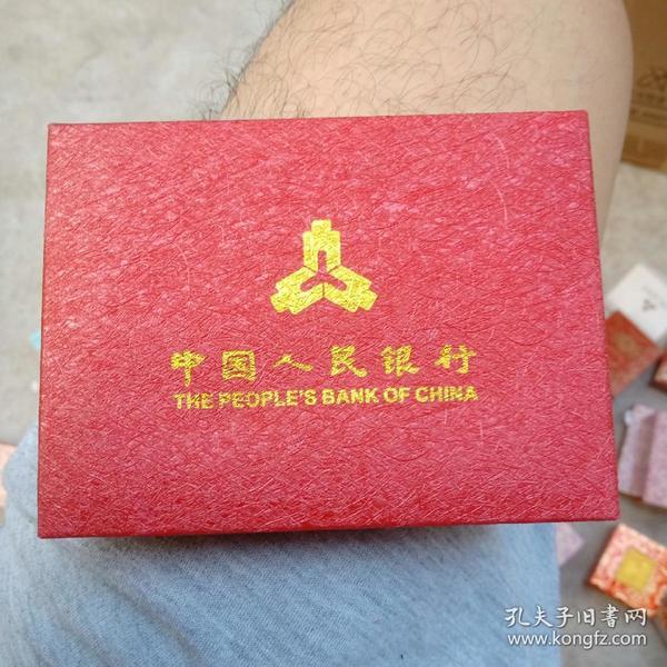1盅司面值十元成色999,1983和1997年熊猫币