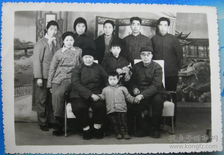 老照片:一张82年的全家福,背面有字题。大孙子——李于晓。大外孙女——席宛玉【陌上花开系列】