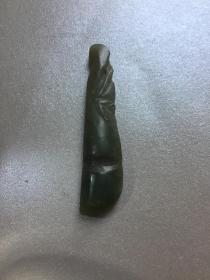 和田玉小挂件 连中三元 豆角 豆角有三颗豆子,寓意为连中三元,金榜题名;另外也有福、禄、寿齐到的寓意。 长6.6cm,宽1.4cm
