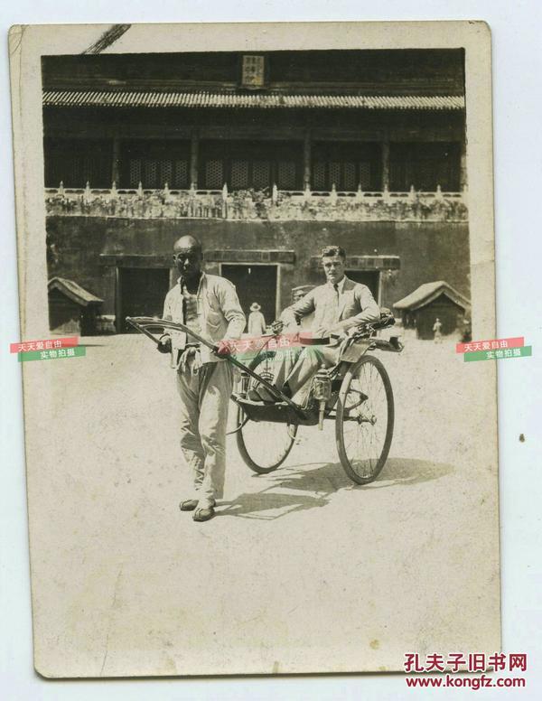 民国北京东华门前洋人坐人力车老照片,泛银。