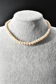 《纯天然珍珠项链》一条  单颗珍珠尺寸7.1*7.7*7.2mm,全长41.5cm,总重量29.4克,高级天然珍珠 莹润透亮 色彩斑斓 具有粉白浅瑰丽色彩和高雅气质 象征着健康 纯洁 富有和幸福 自古以来为人们所喜爱