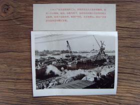 老照片:【※1973年,广州南站(旧火车站名,原名黄沙站,始建于光绪27年,是京广线最南端、华南最大的铁路货运站,于2005年6月关闭)水陆联运的繁忙景象※】