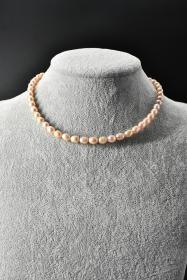 《纯天然珍珠项链》一条  单颗珍珠尺寸8.2*6.2*6.2mm,全长44.7cm,总重量21.67克,高级天然珍珠 莹润透亮 色彩斑斓 具有粉白浅瑰丽色彩和高雅气质 象征着健康 纯洁 富有和幸福 自古以来为人们所喜爱