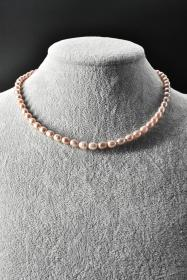 《纯天然珍珠项链》一条  单颗珍珠尺寸7.4*5.6*6mm,全长43.2cm,总重量21.19克,高级天然珍珠 莹润透亮 色彩斑斓 具有粉白浅瑰丽色彩和高雅气质 象征着健康 纯洁 富有和幸福 自古以来为人们所喜爱