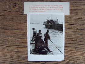 老照片:【※1973年,长江上游重庆到宜昌段,川江航道工人在设置航标灯※】