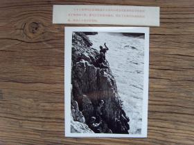 老照片:【※1973年,贵州省乌江流域航道工人,正在乌江岸边打炮眼※】