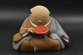 《日本陶艺品》摆件1只 手绘 日本和服男人饮酒造型 底部为春宫浮世绘 风俗 浮世绘展示古代日本民间男女欢愉之事 以大胆夸张的手法绘画 它是日本江户时代 兴起的一种独特民族特色的艺术奇葩 是典型的花街柳巷艺术 主要描绘人们日常生活、风景、和演剧
