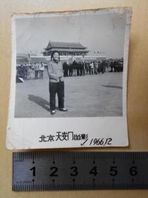 文革老照片【1966年,女青年手握红宝书在天安门】