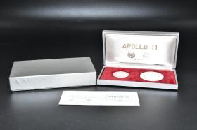 925银 重量分别伪11.15g 22.13g《阿波罗11号登月纪念章》原盒2枚 正面为阿姆斯特朗 科林斯 奥尔德林等头像 背面为宇航员 登月舱等浮雕图案 有证书 直径4.5cm 3.2cm 意大利制造