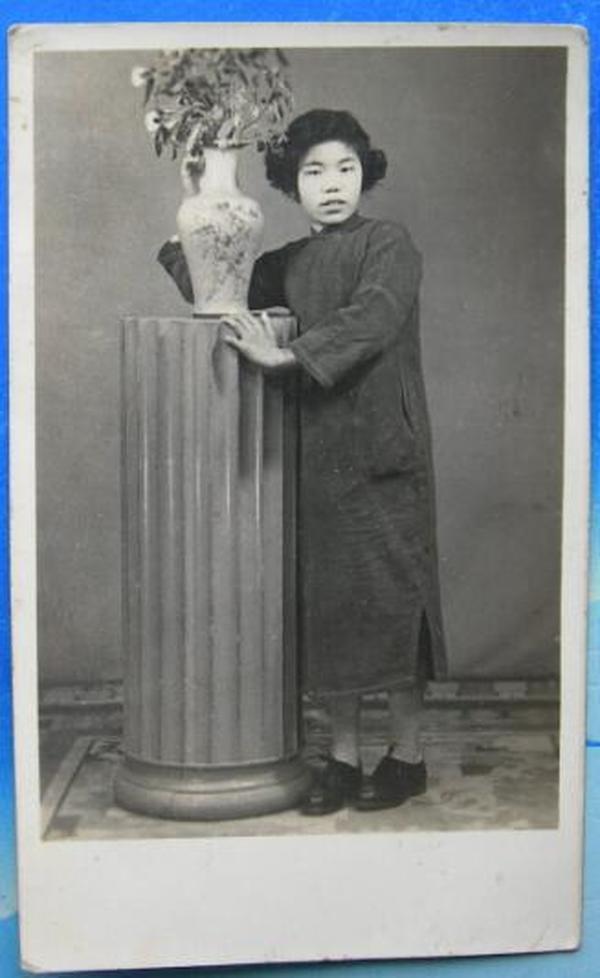 民国老照片:民国旗袍美女,妹顺娣,女子服装服饰收藏,有背题《上海美女瑞珠家庭相册系列》