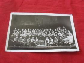 抗美援朝合影老照片---《左面有:毛主席万岁 伟大的中国共产党万岁.右面有:抗美援朝。字样》!老照片的魅力恰恰记录了心灵的回想!向过往的年代致敬