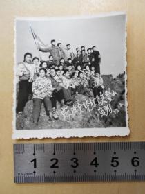 1977年【红卫兵小将们佩戴袖章,挥舞红旗,登上南京紫金山主峰】
