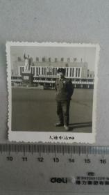 1970解放军在大连火车站前毛主席塑像前留影
