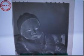 """【1965年10月29日天津奇峰摄影室拍摄一位可爱的婴儿黑白银盐基摄影底片1张】,摄影底片尺寸(长×宽):6.0厘米×6.0厘米,带""""钢笔字手写菁菁:1965.10.29(百天之照)   奇峰摄影室   天津和平区山西路三六八号   电话:三局六 四七八号 """"原底片封。"""