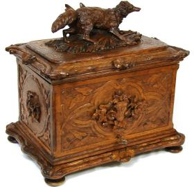 英国19世纪维多利亚时期德国黑森林风格水晶酒具大全套 酒柜纯手工雕刻,刀法细腻,刻画传神,过目不忘。柜内一套切割水晶非常漂亮精致。品相上佳,非常难得。