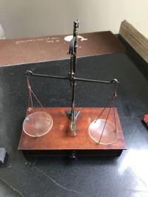 民国时期天平 木盒装铜杆玻璃盘天平秤 设计巧妙非常精致 没有砝码 造型少见