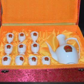 文革时期,中南海怀仁堂陶瓷研究所7501瓷,高白釉手绘国徽内画毛主席诗词酒具一套'酒壶:高23厘米 最宽处17厘米 底5厘米杯子:高7厘米 口径4厘米 底3厘米。送锦盒