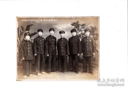 """老照片:1950年5月1日太原铁路工厂动力所授奖同仁摄影,有""""太原西肖墙新新照像""""钢印。品相完好,尺寸较大:19.2 x 15 cm"""
