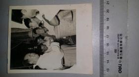 1958毛主席与南开大学学生交谈老相纸照片